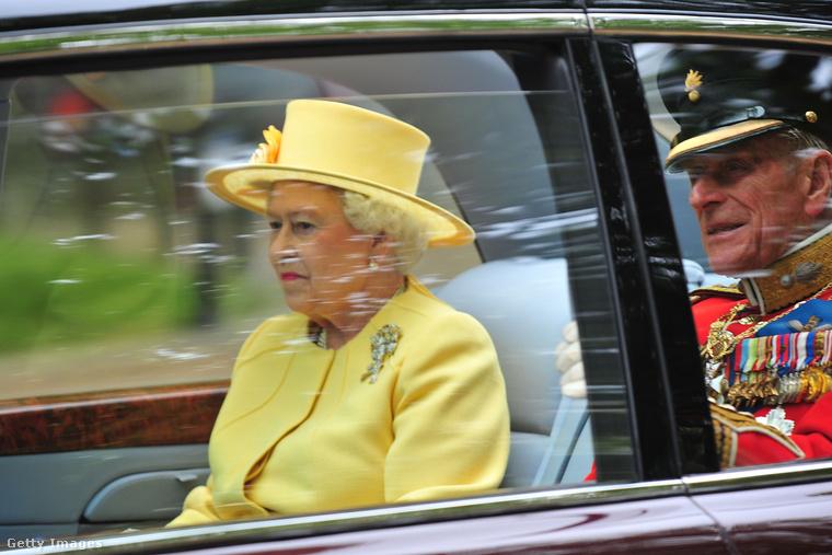 Az esküvő költségeit egyébként a brit királyi család, konkrétan Harry apja, Károly herceg, és II