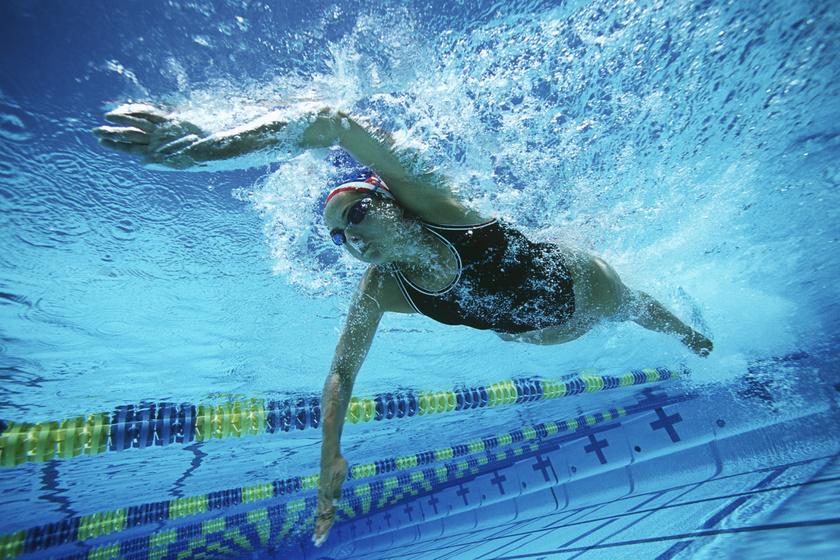 A vízben végzett mozgás kifejezetten kíméli az ízületeket, ám az úszás kardiónak számít, így csak addig éget sok kalóriát, amíg végzed. Mell- vagy gyorsúszásban 40, pillangózva kicsit több mint 35 perc szükséges 500 kalória elégetéséhez.