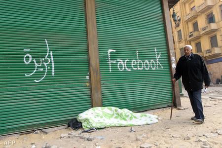 Az egyiptomi tüntetők két médiának köszönik Mubarak távozását