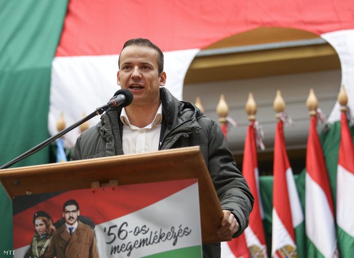 Toroczkai László, a Jobbik alelnöke Ásotthalom polgármestere beszédet mond a párt 56-os megemlékezésén Budapesten a Corvin közben az 1956-os forradalom és szabadságharc 60. évfordulóján 2016. október 23-án.