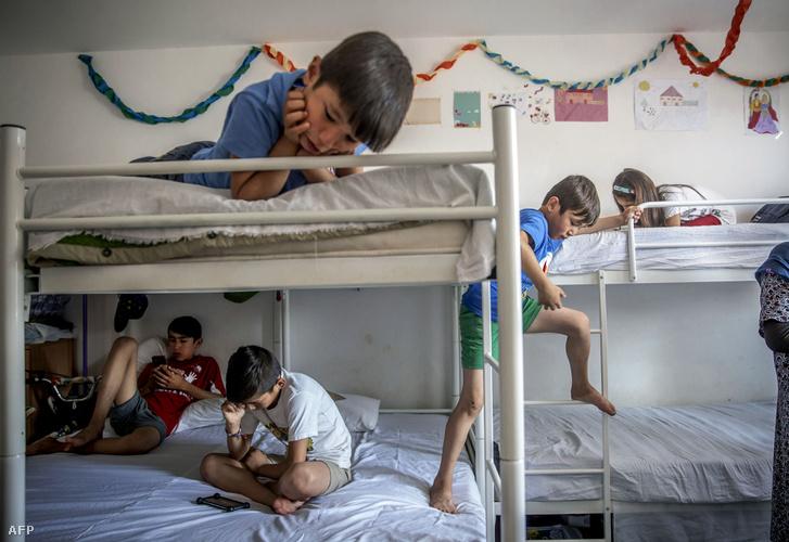 Menekült gyerekek egy belgrádi menekülttáborban.