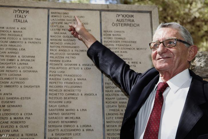 Gino Bartali fia, Andrea mutatja édasapja nevét az emlékfalon az Igazak kertjében Izraelben.