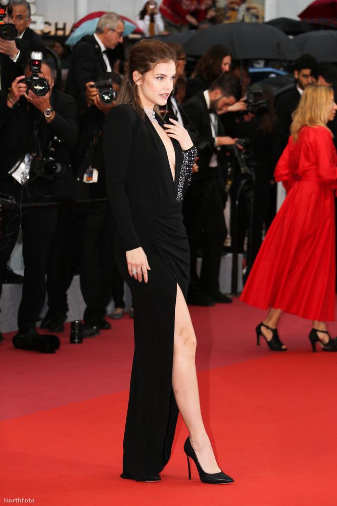 Tegnap már beharangoztuk, hogy Palvin Barbara megérkezett Cannes-ba, de arra nem számítottunk, hogy az első vörösszőnyeges képeket ilyen hamar kiadják róla.
