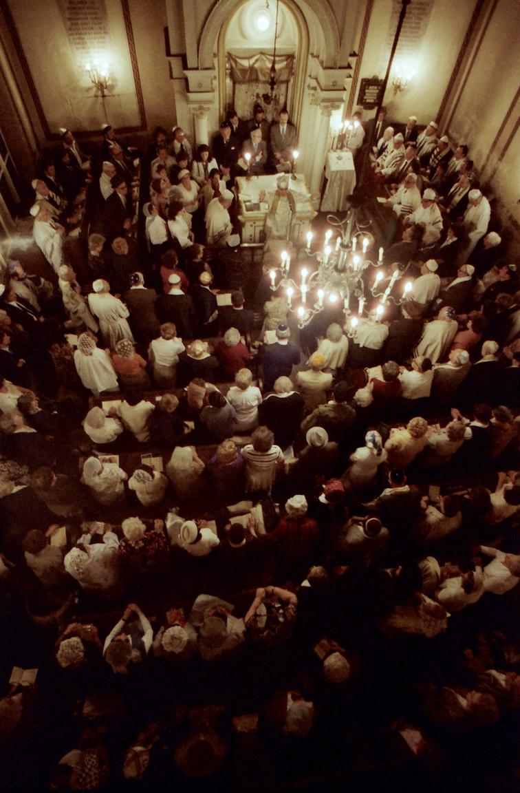 """A zsidó vallás egyik legnagyobb, legszentebb ünnepe az engesztelés napja, vagyis a jom kippur, amit a 25 órás böjt miatt hosszú napnak is neveznek. Ilyenkor nemcsak az evés és az ivás tilos, hanem a mosakodás, a parfümhasználat és a szex is. """"Sanyargassátok meg magatokat, és tűzáldozattal áldozzatok az Úrnak"""" – áll Mózes harmadik könyvében. Az engesztelő nap előestéjén istentisztelettel vezetik be az ünnepet, ezt nevezik – az egyik ima után – kol nidrének."""