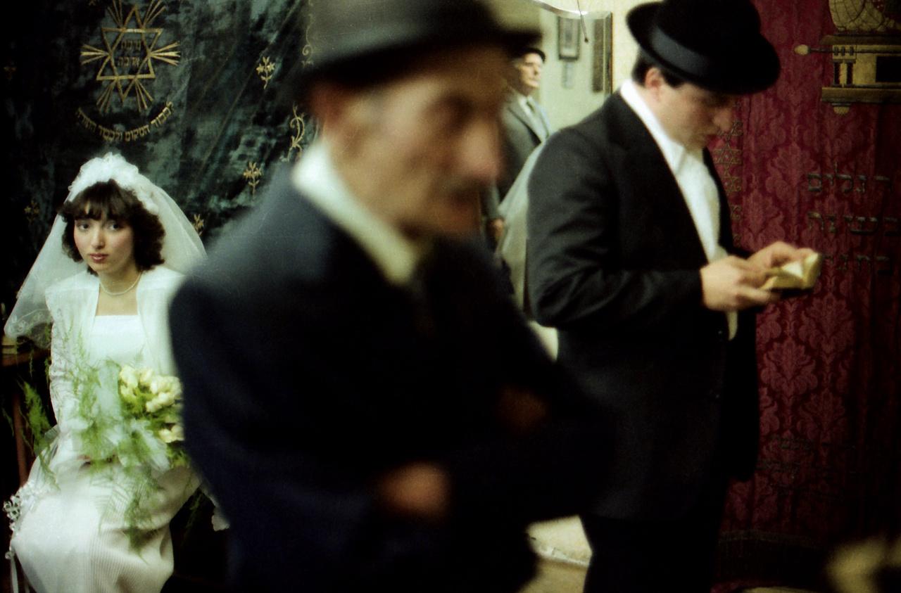 A zsidó esküvői szertartás a chuppá (baldachin) alatt történik, ám mielőtt a vőlegény alá lépne, előbb imát mond, hiszen élete új szakaszához érkezett. A szertartás végén a menyasszony és a vőlegény bort iszik, aztán poharat törnek.