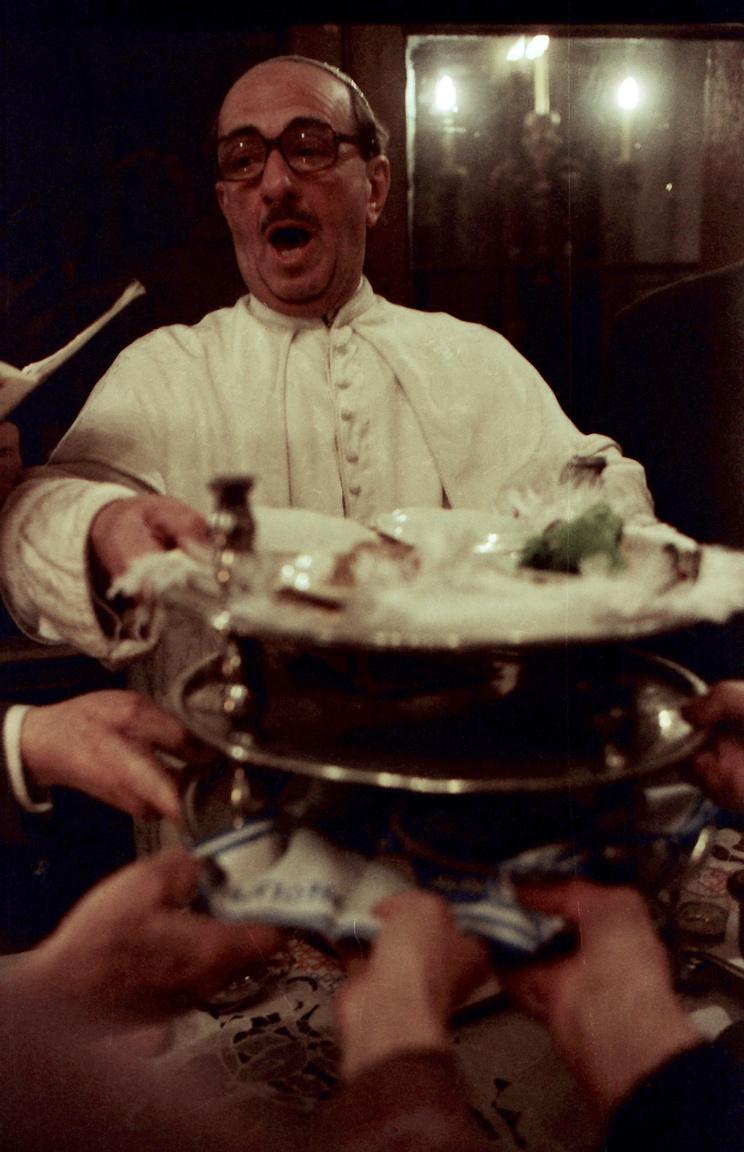 A pészah a zsidóság Egyiptomból való kivonulásának ünnepe. 7-8 napig tart, amelyek közül az első a szolgaság földjének elhagyására, az utolsó pedig a tengeren való átkelésre emlékezteti a zsidóságot. A pészah a széderestével kezdődik, amikor többek között pászka, tojás, sült csirkenyak és bor kerül az asztalra. Féner Tamás felvételén egy rabbi látható a szédertállal a kezében.
