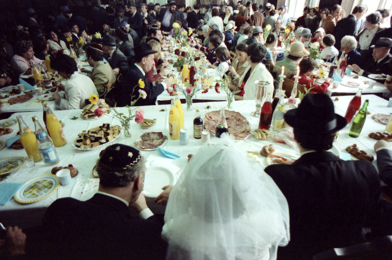 Ünnepi lakoma a házasságkötés után. A zene és a tánc szinte kötelező minden zsidó lakodalomban.