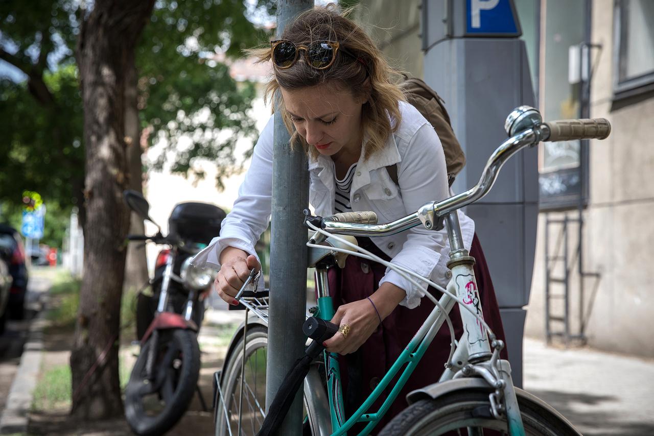 """""""Egy korábbi negatív élményem után - amikor a mozgáskorlátozott vállam miatt nem tudtam bevenni egy kanyart - azt gondoltam, hogy nekem a biciklizés többé nem való. Később, az egyik táboroztatás alkalmával (amikor már önkéntesként dolgoztam a táborban), egy kollégám arra biztatott, hogy pattanjak fel a biciklijére, és mivel sietnem kellett, beadtam a derekamat.  Megtanultam, hogy szinte mindent meg tudok csinálni a korlátozott képességű karommal, ha akarom és elengedem a félelmeimet"""""""