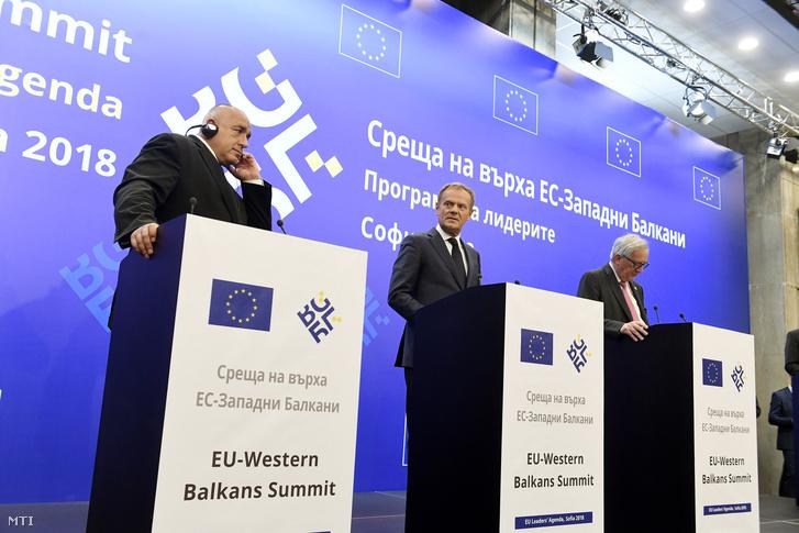 Bojko Boriszov, az EU soros elnökségét betöltő Bulgária miniszterelnöke, Donald Tusk, az Európai Tanács elnöke és Jean-Claude Juncker, az Európai Bizottság elnöke (b-j) sajtótájékoztatót tart az EU és a nyugat-balkáni országok csúcstalálkozóján Szófiában 2018. május 17-én.
