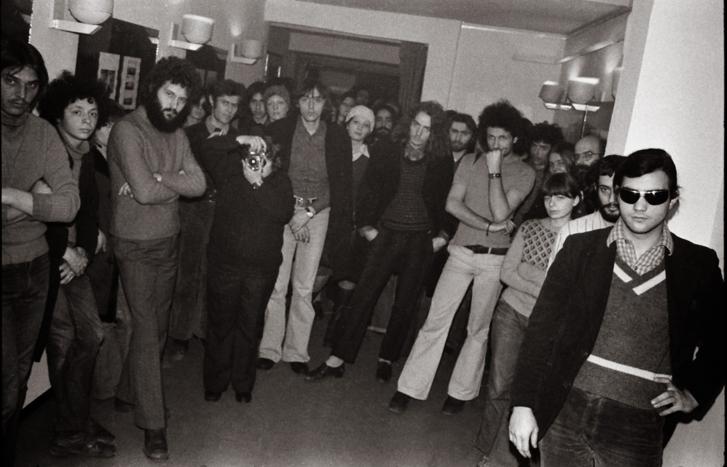 Hajas Tibor fényképe az általa megnyitott Vető János-kiállításon a közönségről a Toldi mozi galériájában 1976 február 2-án
