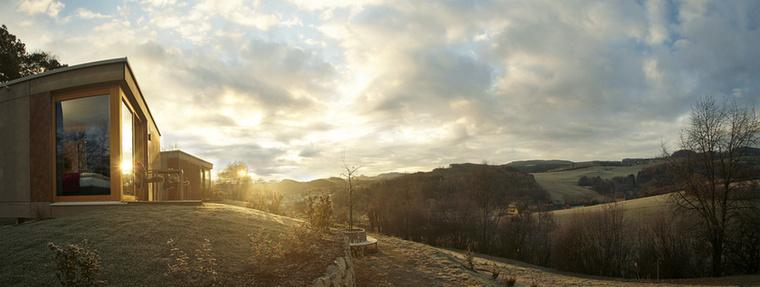 """A dombtetőre épült """"Bécsi Alpok Ágy"""" hatalmas üvegablakai semmit sem rejtenek el a gyönyörű panorámából"""
