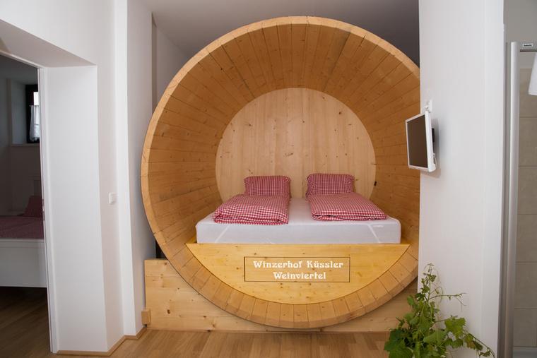 Elvakult borrajongóknak jó választás lehet a Küssler borászat, ahol ágyak helyett valódi boroshordókban alhatsz