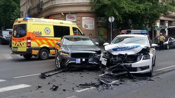 Szirénázó rendőrautóval ütközött egy Volvo a II. kerületben