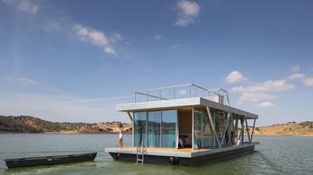 Luxuslakóhajókat hirdetnek a pesti Duna-parton