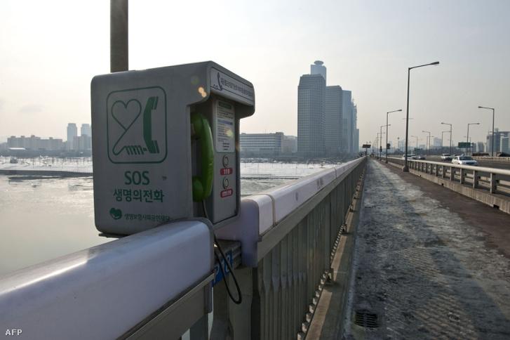 Segélyhívó telefon a hídon