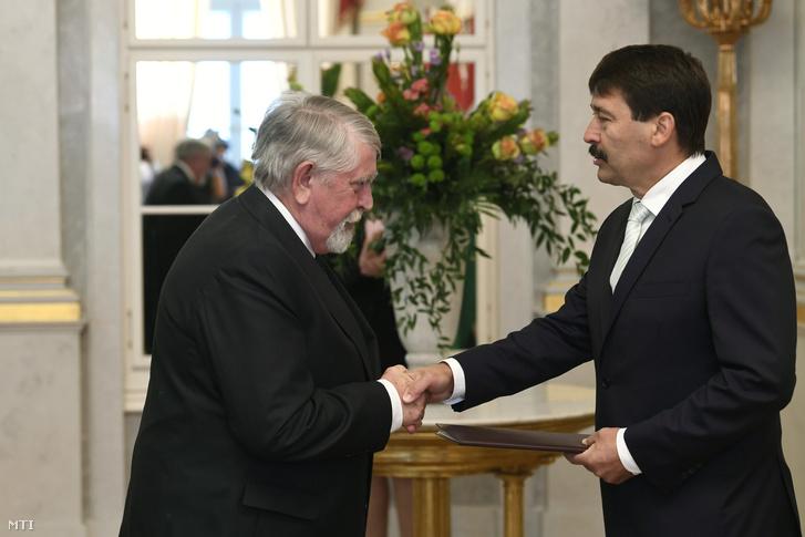 Kásler Miklós emberi erőforrásokért felelős miniszter (b) átveszi a kinevezési okmányt Áder János köztársasági elnöktől a Sándor-palotában 2018. május 18-án.