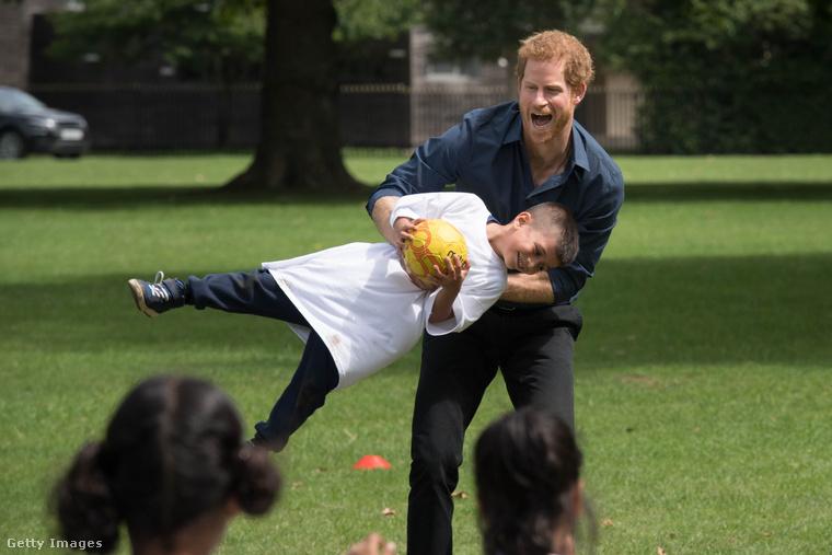 Harry herceg egy gyereket lóbál!