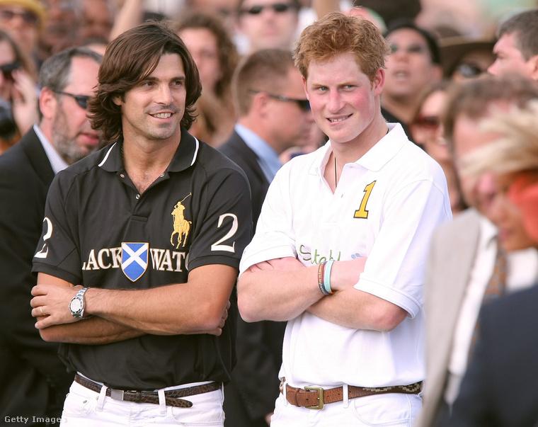 Ez egy lovaspóló-eseményen volt, a herceg mellett Nacho Figueras áll, aki egy profi lovaspólós