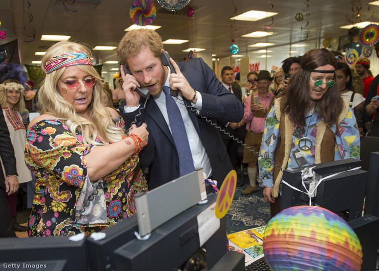 És ha már belecsúsztunk a vicces-abszurd témába, jöjjön mondjuk ez a kép, ahol Harry herceg két készüléken telefonál egyszerre parókás hippik kíséretében.