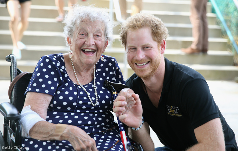 Szakállas Harry egy aranyos nénivel.