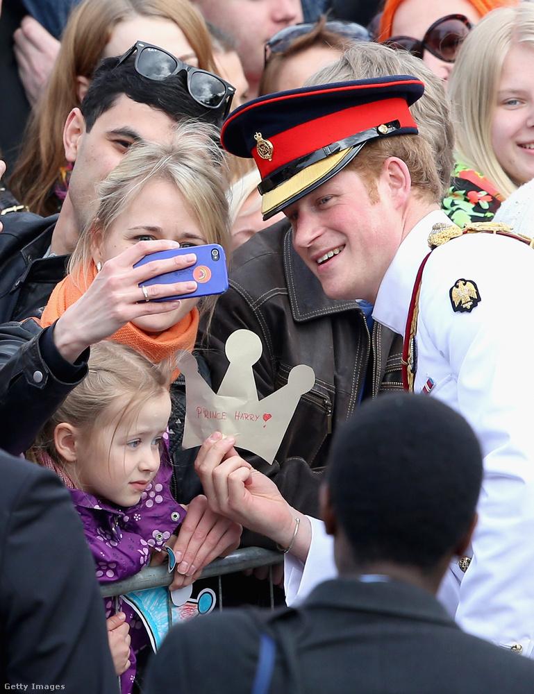 Hát igen, Harry hercegről nagyon jó képek tudnak készülni, miközben próbál vegyülgetni az utca emberével