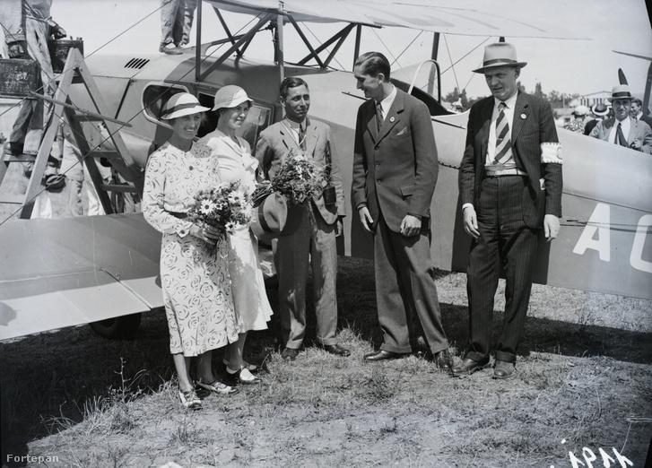 Pilótapiknik angol résztvevői D Havillan Fax-Moth-tal előtte Horthy István