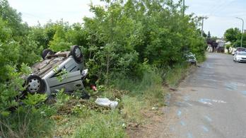 Frontálisan ütközött két autó Gyöngyösnél, hat ember sérült meg