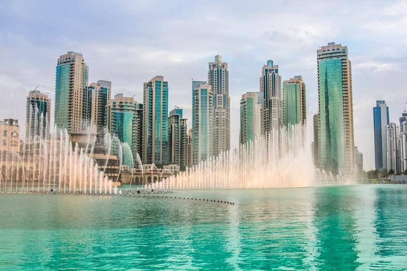 A Dubai Mall a világ legnagyobb bevásárlóközpontja, de nemcsak a kirakatokat jó itt nézegetni. Érdemes a plázából kimenni, felnézni a monumentális Burdzs Kalifára, és gyönyörködni a két épület mellett fekvő óriási, zenélő, világító szökőkút műsorában.