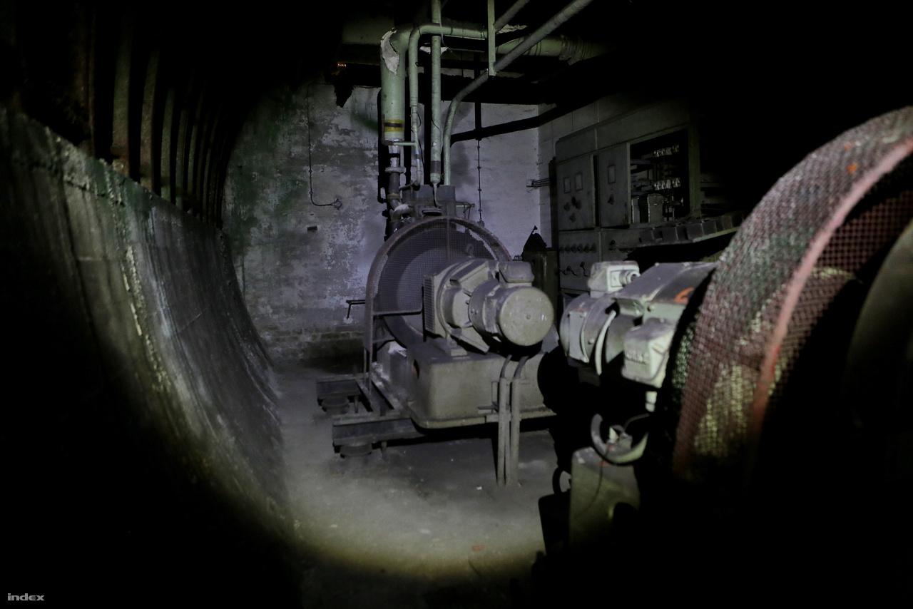 A nagy, fektetett H betűt formázó alagútrendszerben 30 méterenként vannak a mosdók és a vécék. A legtöbbjük még ma is úgy áll, ahogy bekötötték, senki sem használta azokat. Ezt it egy generátor, ami az áramot szolgáltatta volna vészhelyzetben..