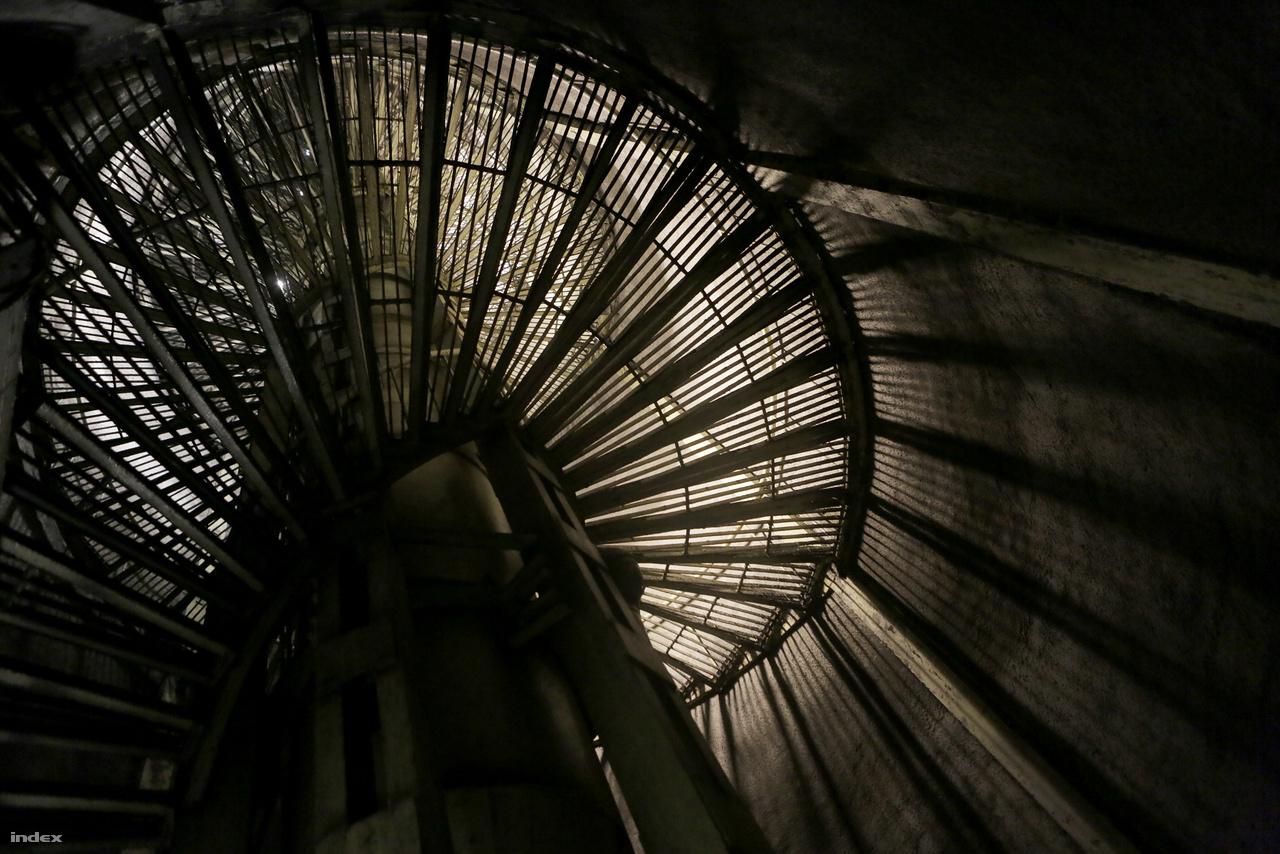 Ez a vas csigalépcső vezet a felszínre. A bunkernek két kijárata van: egy a Szabadság téren, egy pedig a Zoltán utcában. A 80-as években, amikor a bunker kezelését átvette a BKV, mindkét bejáratot őr vigyázta.