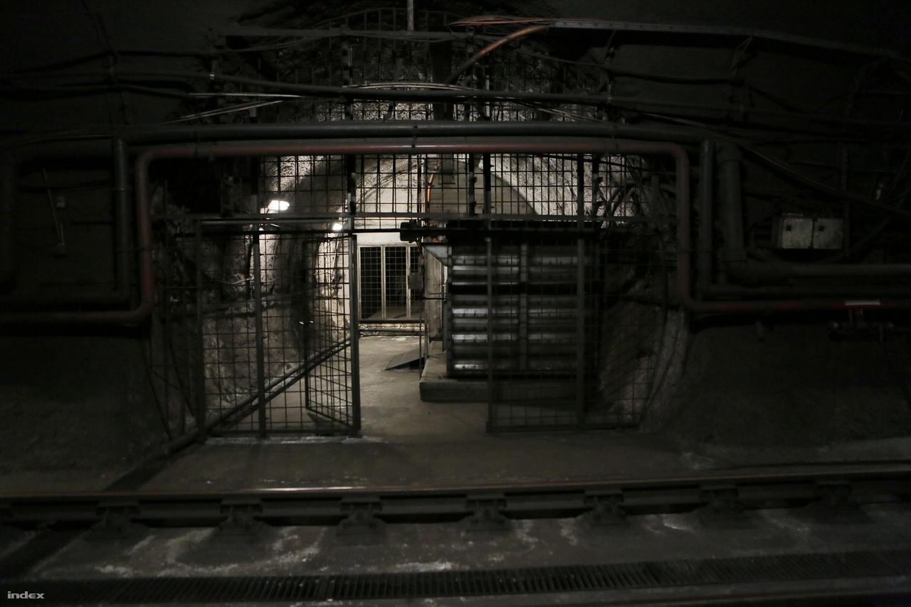 Az emléktáblától nem messze található az F4 műtárgyhoz vezető alagút bejárata.