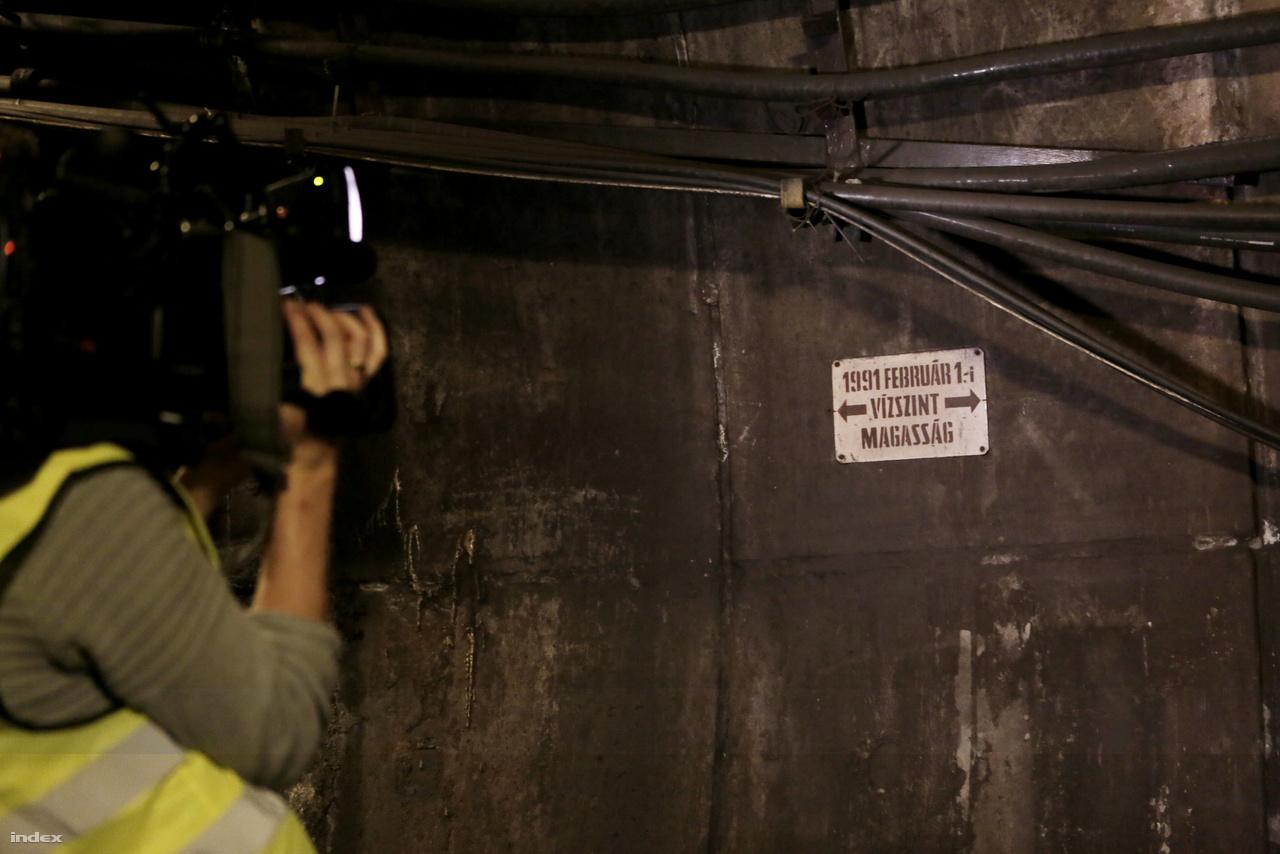 A Deák tér és környéke alatt található a 4-es szektor. A sínek mellett egy tábla mutatja az 1991 február 1-i vízszintet, amikor egy Astoria melletti vízcsőtörés vize beömlött az alagútba. Több mint egy méter magasan állt lent a víz. Több metrós dolgozó sokkot kapott, akiket a tűzoltók menekítettek felfelé a mozgólépcsőkön lezubogó vízben. Néhányan közülük máig nem mernek lemenni a metróalagútba.