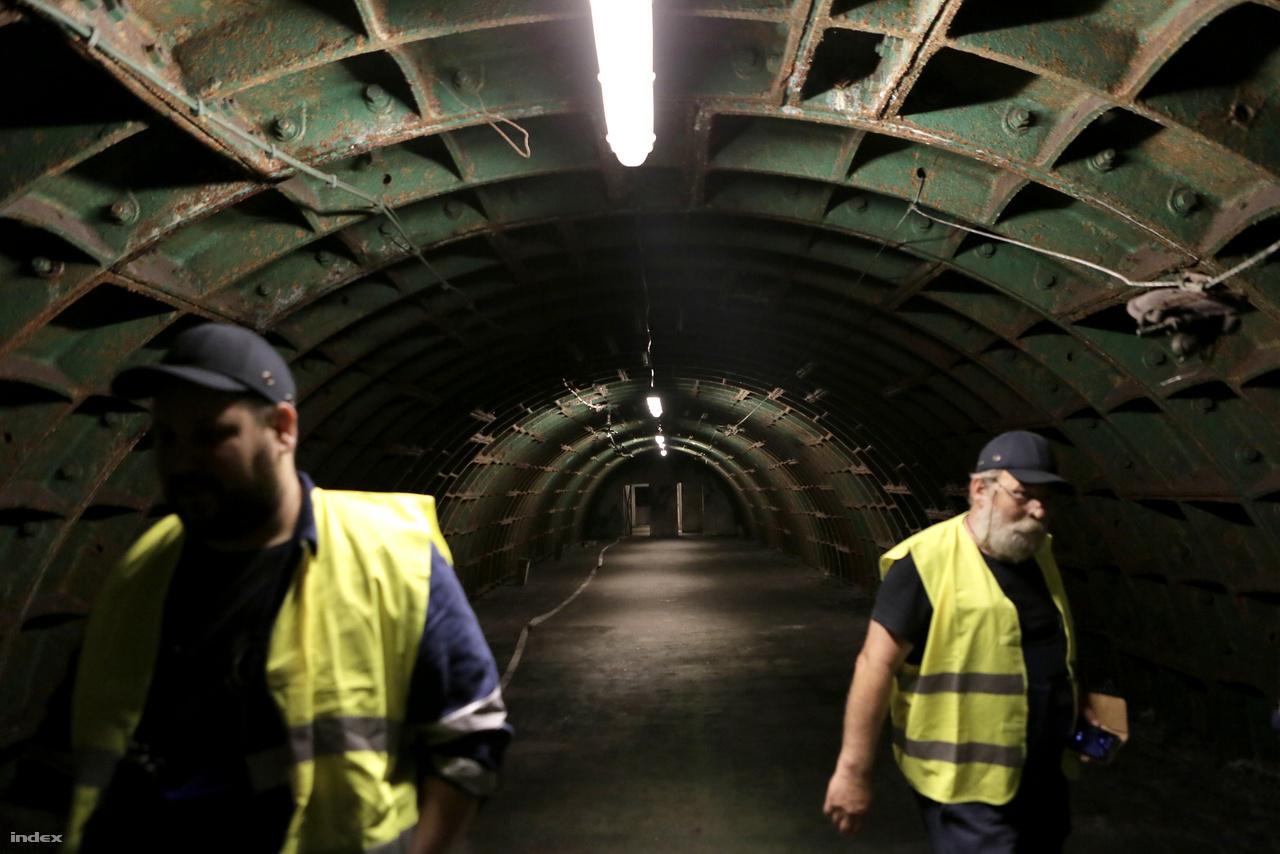 A Rákosi-bunker építése a forradalom miatt abbamaradt, majd 1958-ban úgy döntöttek, hogy nem a szűk elitet, hanem a nehézipari minisztérium dolgozóit szolgálja majd. Ahogy a kettes metróban az alagutak falának zömét, acéltübbingekből szerelték össze ezeket a helyiségeket is.