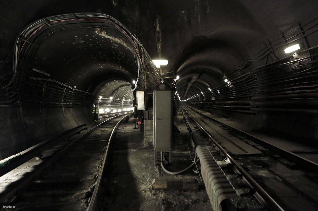 A 2-es metró alagútja, a Kossuth tér felé nézve, balra a két alagutat összekötő vágány.