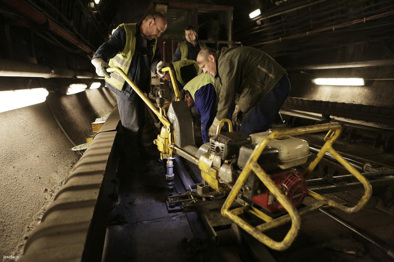 Munkában a karbantartóbrigád, a síneket rögzítő csavarokat ilyen géppel csavarozzák ki.
