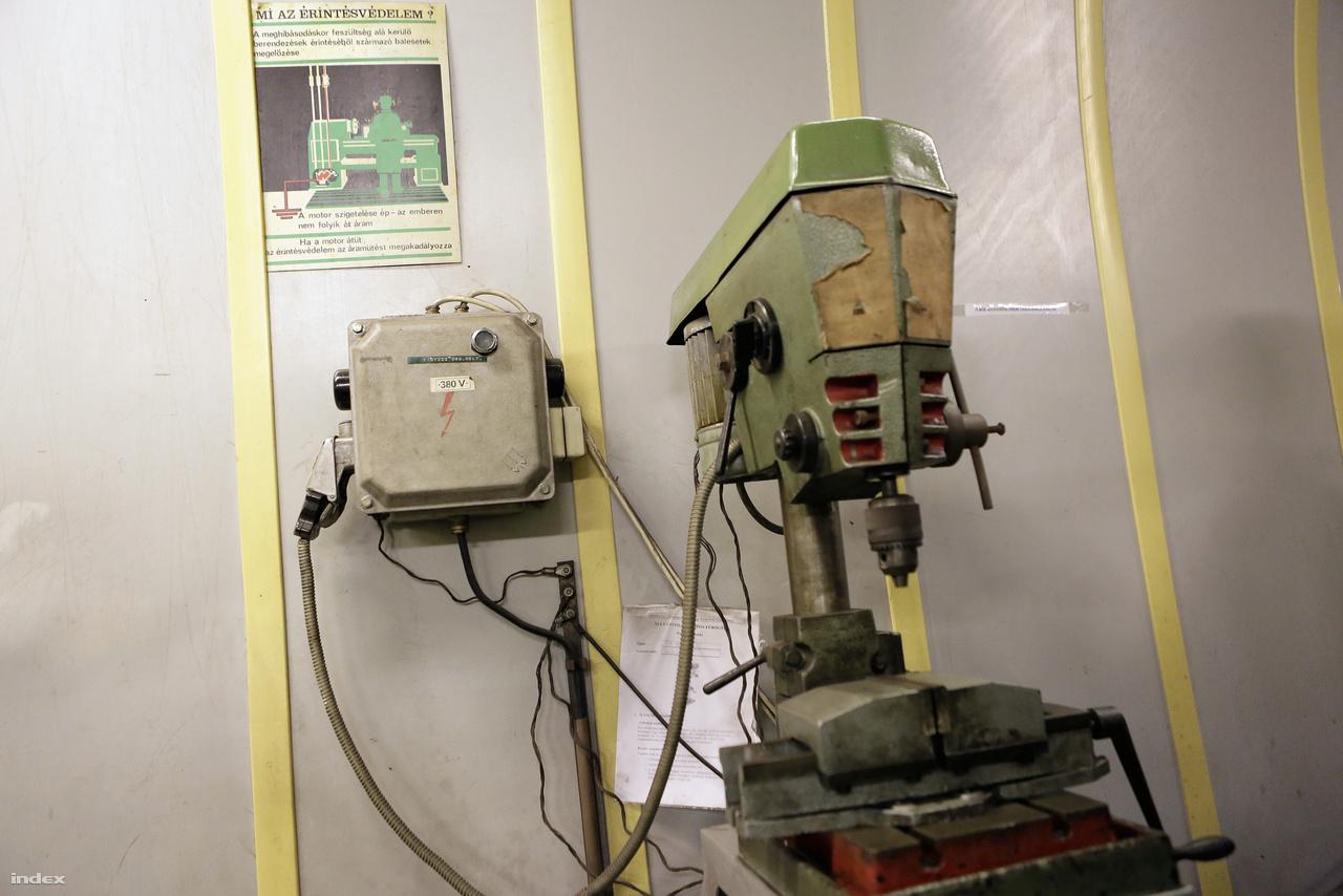 Múzeális fúrógép a gépházban.