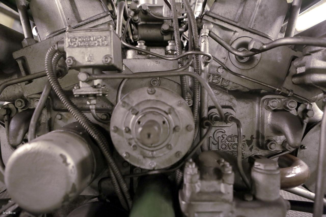 Két 16 hengeres Ganz dízelmotor tud áramot szolgáltatni szükségállapot esetén a Deák téri állomás óvóhelyként funkcionáló alagútjai számára. A hatalmas dízelmotorok óránként 100 liter üzemanyagot fogyasztanak.