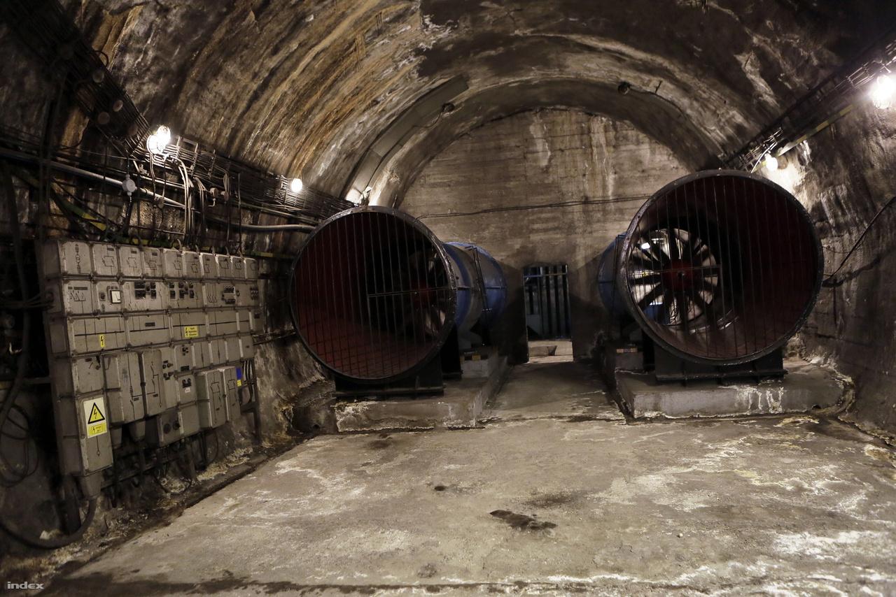 Az óránként 250 ezer köbméter levegőt megmozgató jelenlegi szellőztetőrendszer csak beszívni tudja a levegőt, kifúvatni nemigen. Ezért, ha füst van a metróban, nem tudnak segíteni az eloszlatásában. A 3-as metró felújításakor ezeket kicserélik kétirányúra.