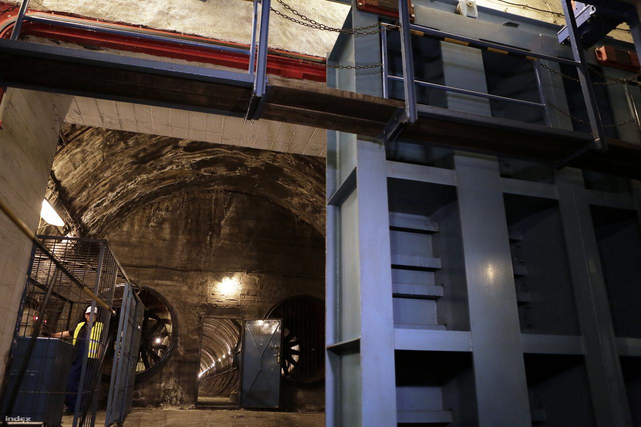 A szellőzőalagutat hatalmas acélajtóval lehet légmentesen lezárni. Az ajtót ellensúlyok mozgatják, és mondjuk atomtámadás esetén ezek bezárásával lehet a metróalagutakból külvilágtól elzárt óvóhelyeket létrehozni.