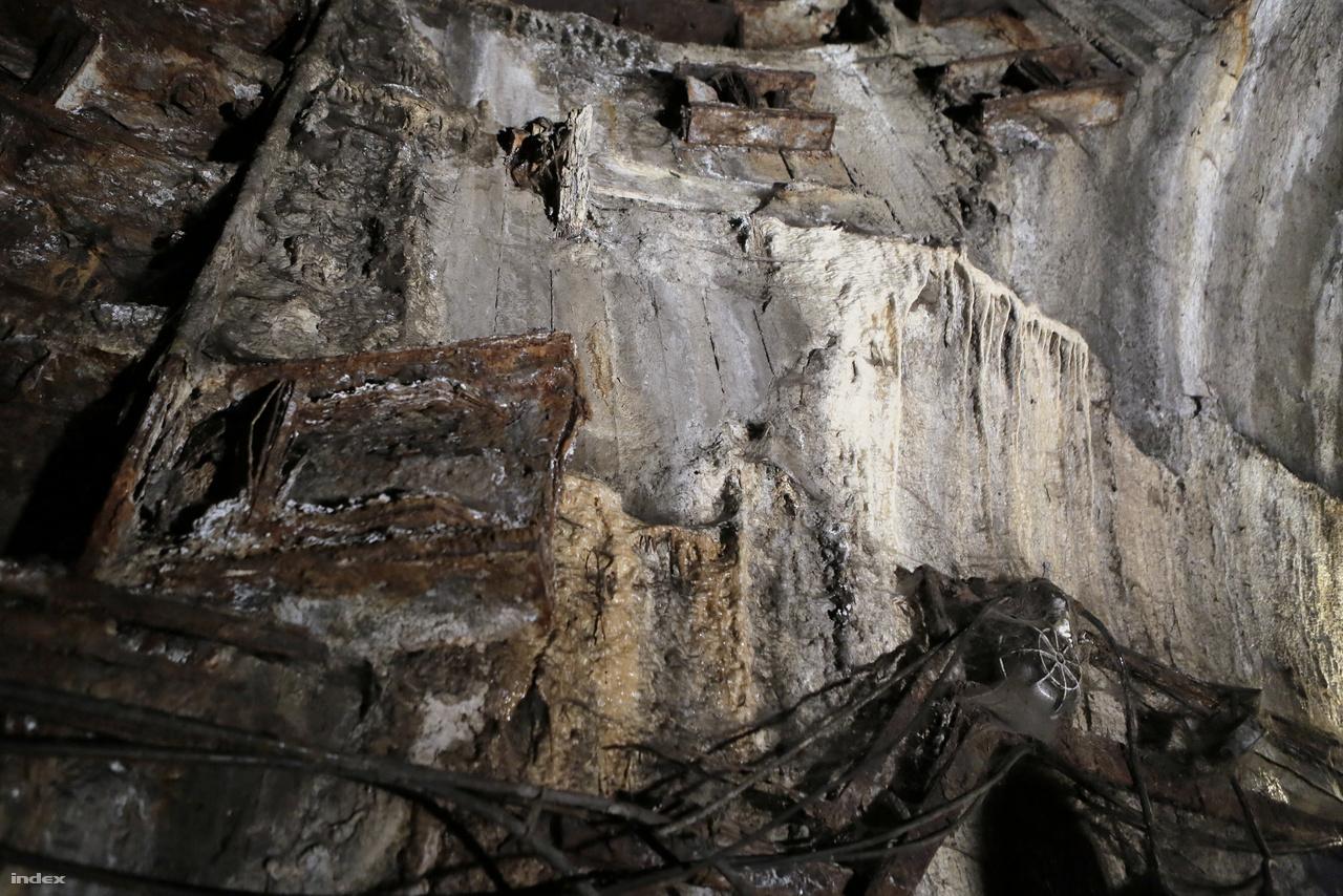 A folyamatosan szivárgó talajvíz cseppkőszerű képződményeket hoz létre az évek alatt feloldott betonból. Kicsit olyan, amint az Alien-filmekben az idegenek által megszállt űrhajók fala.