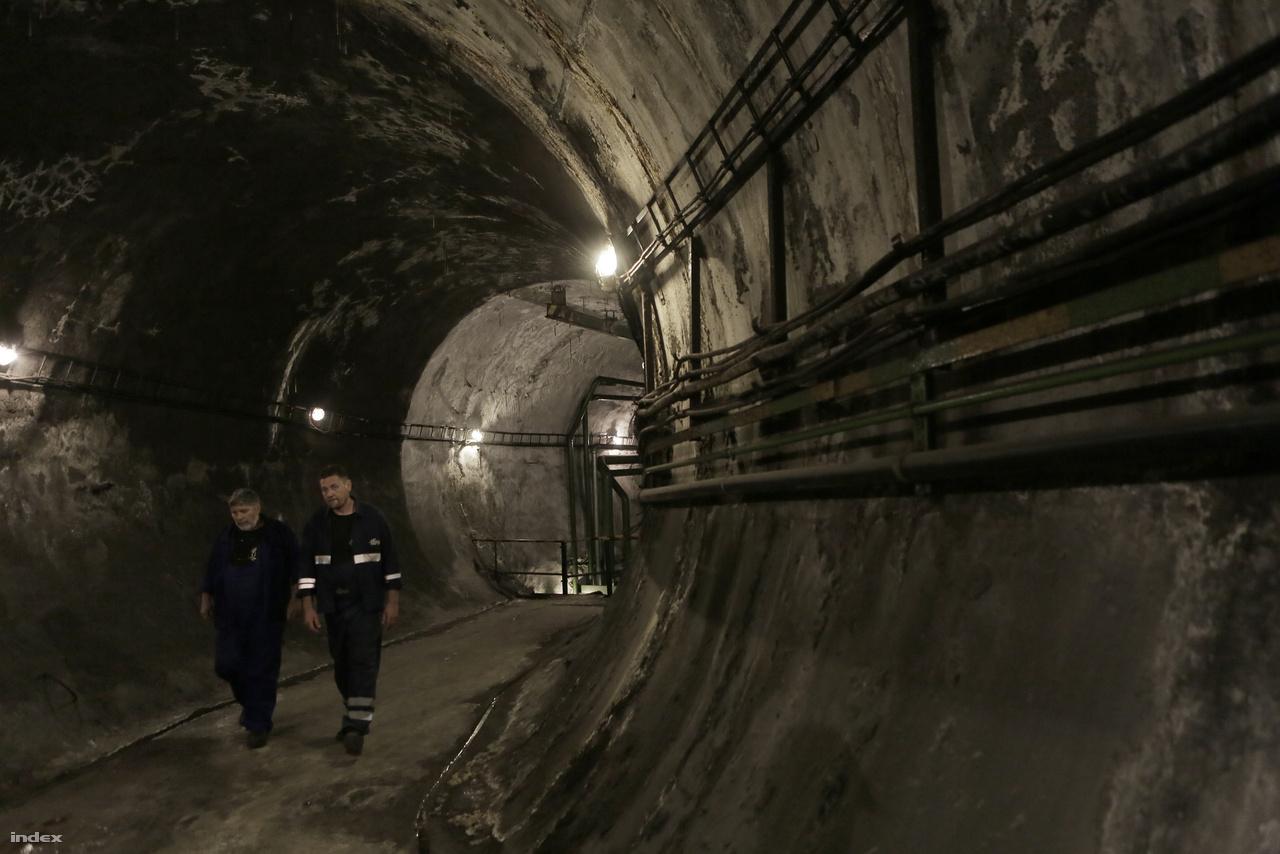 A Deák téri többszintes metróállomás alatti szellőzőrendszer egyik fő folyosója, ezen keresztül jutunk a fő szellőzőaknához.