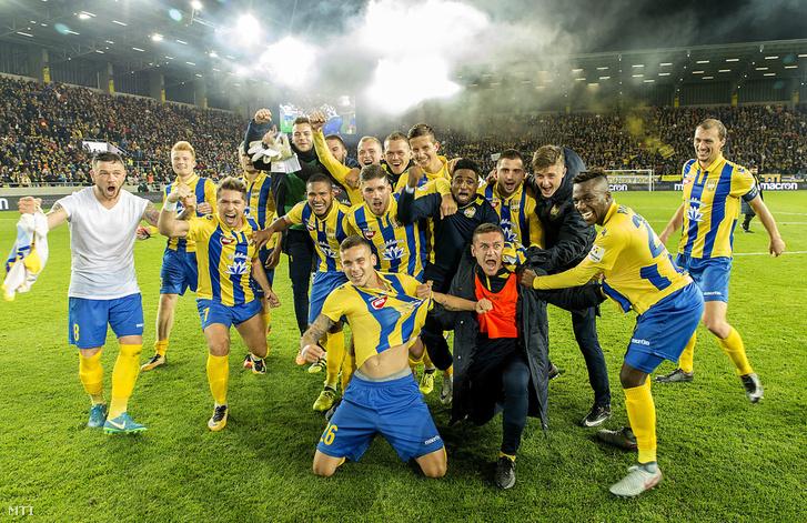 A győztes FC DAC csapata a dunaszerdahelyi felújított Mol Arénában az FC DAC - SK Slovan Bratislava mérkőzés végén 2017. november 3-án.