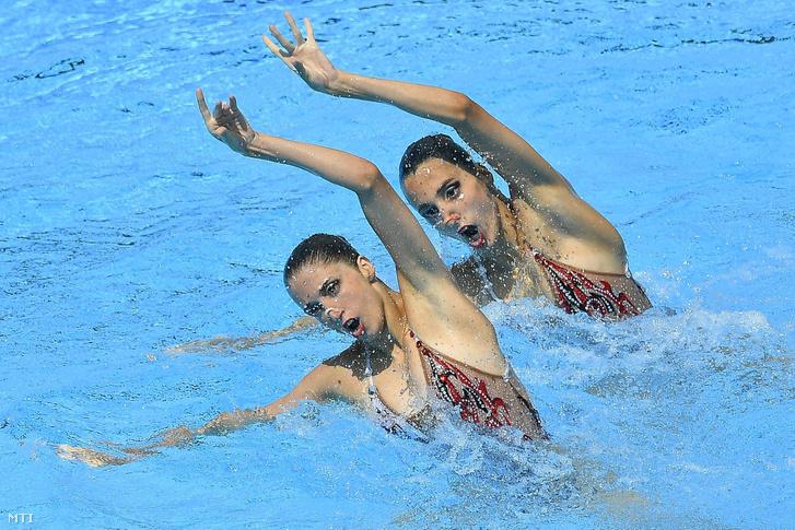 Az osztrák Anna-Maria Alexandri és Eirini Alexandri a szinkronúszás páros szabadgyakorlatának döntőjében a 17. vizes világbajnokságon a Városligetben 2017. július 20-án.
