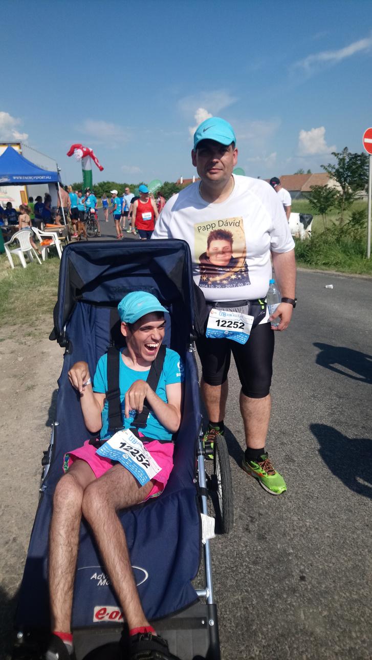 Mozgássérült fiát tavaly elvesztő apa kerekesszékes fiút tol a Suhanj! Alapítvány színeiben