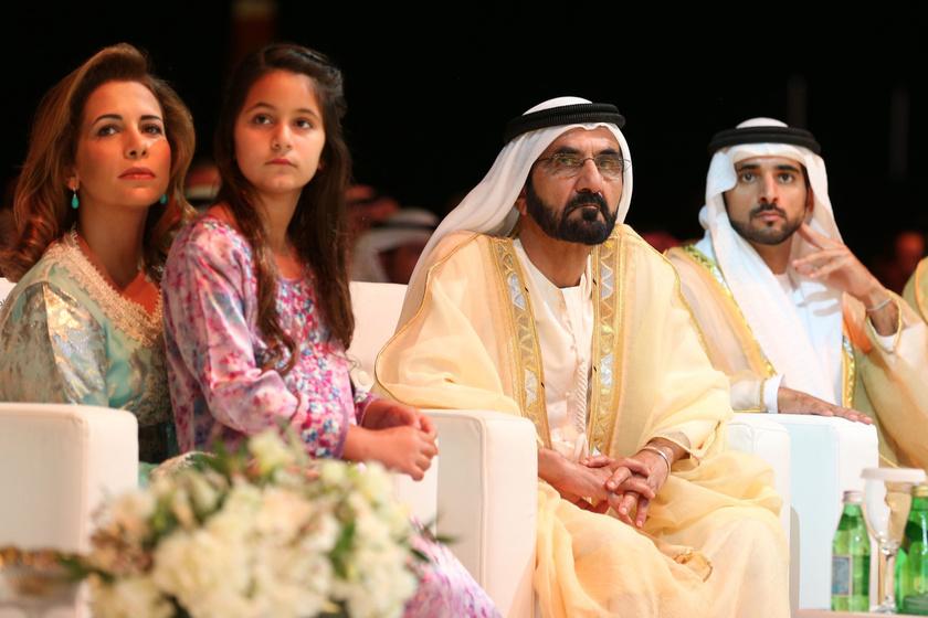 Balra Haya bint Al Hussein, Jordánia hercegnője, Mohammed sejk negyedik felesége és lányuk, középen Mohammed sejk, jobbra a koronaherceg, Hamdan sejk.