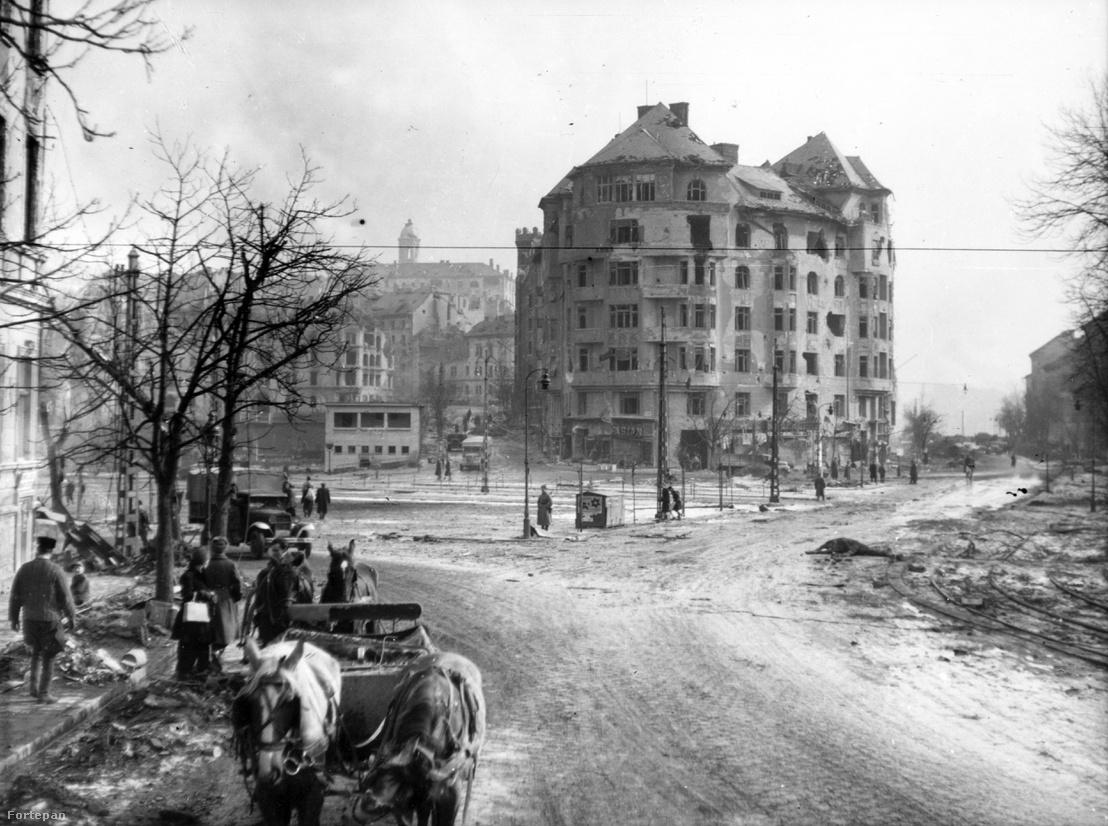 Budapest, Széll Kálmán tér a Szilágyi Erzsébet fasor felől. 1945.