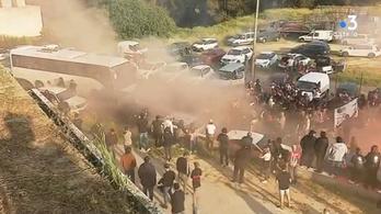Megtámadták Beséék buszát a szurkolók, elmaradt az osztályozó