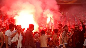 Még a stadion tetejében is kárt okoztak a Marseille-ultrák az EL-döntőn