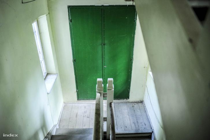 A lépcsőház faragott faelemei és egy utólag beillesztett acélajtó