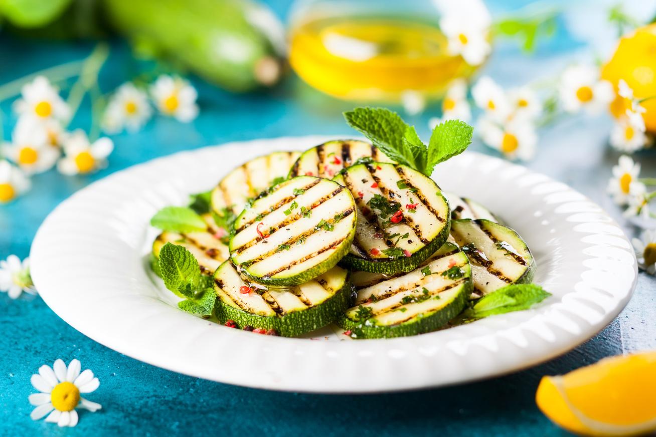 Grillen sült, fűszeres cukkini: karcsúsító, ízletes köret a legegyszerűbben